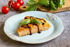 Frittata degli spaghetti con le uova ed il formaggio Fotografia Stock