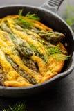Frittata dell'asparago con aneto fresco sulla pentola Immagini Stock