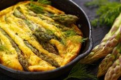 Frittata dell'asparago con aneto fresco sulla pentola Fotografia Stock
