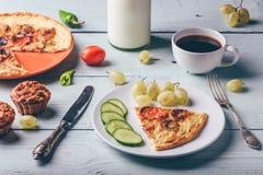 Frittata della prima colazione con con caffè, l'uva ed i muffin immagine stock