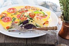 Frittata med tomater, örter och potatisar Fotografering för Bildbyråer