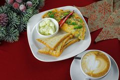 Frittata met Spaanse pepers en koffie Royalty-vrije Stock Foto's