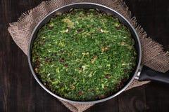 Frittata misturado persa das ervas com bérberis e noz na bandeja Ku Fotos de Stock Royalty Free