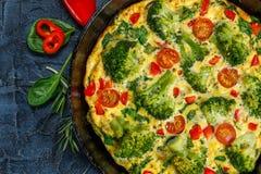 Frittata mit Brokkoli in einer Bratpfanne Stockbilder