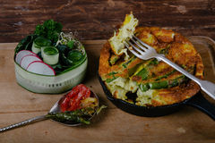 Frittata mit Spargel Lizenzfreies Stockbild