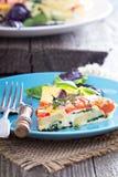 Frittata mit Tomaten, Kräutern und Kartoffeln Lizenzfreie Stockbilder