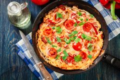 Frittata robić jajka, kiełbasiany chorizo, czerwony pieprz, zielony pieprz Zdjęcia Stock