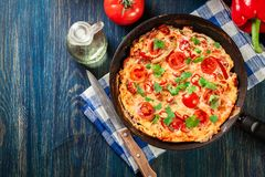 Frittata robić jajka, kiełbasiany chorizo, czerwony pieprz, zielony pieprz Zdjęcie Royalty Free