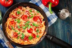 Frittata robić jajka, kiełbasiany chorizo, czerwony pieprz, zielony pieprz Zdjęcie Stock