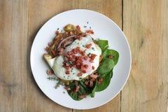 Frittella della patata dolce e dello zucchini con il bacon e l'insalata dell'uovo fritto fotografie stock