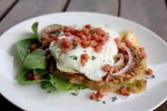Frittella della patata dolce e dello zucchini con il bacon e l'insalata dell'uovo fritto immagini stock