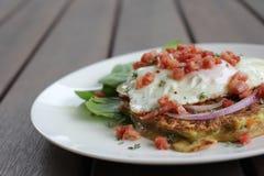 Frittella della patata dolce e dello zucchini con il bacon e l'insalata dell'uovo fritto immagine stock libera da diritti