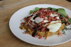 Frittella della patata dolce e dello zucchini con il bacon e l'insalata dell'uovo fritto fotografie stock libere da diritti