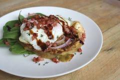 Frittella della patata dolce e dello zucchini con il bacon e l'insalata dell'uovo fritto fotografia stock libera da diritti