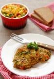 Frittelle casalinghe dello zucchini con la salsiccia del chorizo e la salsa del cereale Fotografie Stock