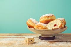 Frittelle con marmellata con lo zucchero a velo per la celebrazione di festa di Chanukah Fotografia Stock