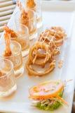Frittelle del gamberetto con la salsa crema della cipolla Immagine Stock Libera da Diritti