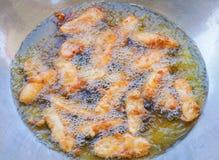Frittelle fritte della banana in olio caldo Fotografie Stock Libere da Diritti