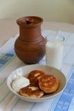 Frittelle ripiene saporite della cagliata con crema acida e latte Immagine Stock Libera da Diritti