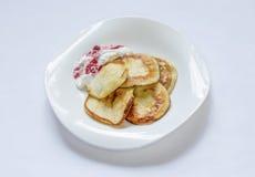 Frittelle sul piatto Fotografia Stock