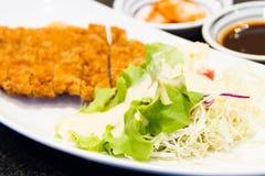 Fritter χοιρινό κρέας με τη σαλάτα Στοκ φωτογραφία με δικαίωμα ελεύθερης χρήσης