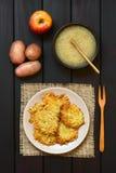 Fritters ή τηγανίτες πατατών με τη σάλτσα της Apple Στοκ Φωτογραφίες