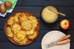 Fritters ή τηγανίτες πατατών με τη σάλτσα της Apple Στοκ Εικόνες