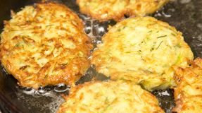 Fritters είναι τηγανισμένα στο πετρέλαιο σε ένα τηγανίζοντας τηγάνι Στοκ εικόνες με δικαίωμα ελεύθερης χρήσης