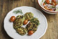 Fritters κολοκυθιών και ελληνική σαλάτα Στοκ Εικόνες