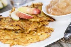Fritters πατατών με Applesauce Στοκ φωτογραφία με δικαίωμα ελεύθερης χρήσης