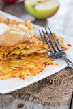 Fritters πατατών με Applesauce Στοκ Εικόνες