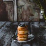 Fritters στάρπης με τα βακκίνια στο πιάτο ξύλινο tabletop Στοκ εικόνα με δικαίωμα ελεύθερης χρήσης