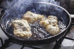Fritters τηγανητά στο τηγάνισμα του τηγανιού Στοκ Φωτογραφία