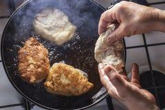 Fritters τηγανητά στο τηγάνισμα του τηγανιού Στοκ φωτογραφίες με δικαίωμα ελεύθερης χρήσης