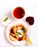 Fritters της Apple που εξυπηρετούνται με τη μαρμελάδα και το γιαούρτι Στοκ φωτογραφία με δικαίωμα ελεύθερης χρήσης
