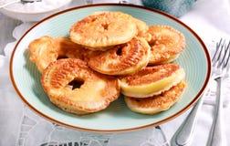 Fritters της Apple στο μπλε πιάτο Στοκ Εικόνες