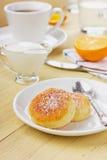 Fritters του τυριού εξοχικών σπιτιών με την ξινή κρέμα Στοκ φωτογραφία με δικαίωμα ελεύθερης χρήσης