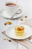 Fritters του τυριού εξοχικών σπιτιών με το τσάι Στοκ φωτογραφία με δικαίωμα ελεύθερης χρήσης