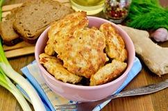 Fritters kurczaka z chlebem na desce obrazy stock