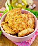 Fritters kurczaka z pikantność na pokładzie fotografia stock