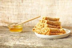 Fritters (pannekoeken) met honing Stock Afbeeldingen