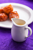 Fritters van de pompoen met condensmelk. Royalty-vrije Stock Fotografie