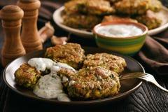 Fritters van Turkije met broccoli en prei, met de onderdompeling van de knoflookyoghurt royalty-vrije stock afbeelding