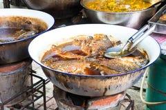 Frittieren von Fischen auf der Straße in Bangkok stockfotografie