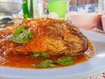 Frittierte Fische und Chili-Sauce: Thailändisches Lebensmittel Stockfoto