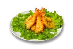 Frittierte Garnele mit Kopfsalat verlässt auf einem weißen Hintergrund Stockfoto