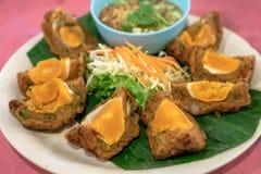 Frittierte gesalzene Eikuchen, thailändische Nahrung, gesalzenes Ei auf einem speziellen stockfotografie