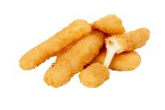 Frittierte Käsestöcke auf weißem lokalisiertem Hintergrund stockfotos