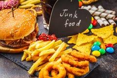 Frittiertes Huhn- oder Fischburgersandwich mit Kopfsalat, Tomate, Käse und Gurke auf hölzernem Hintergrund Ungesunder Lebensmitte lizenzfreie stockbilder