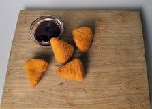 Frittiertes Lebensmittel - einige gebratene Snäcke mit Soße Stockfotos